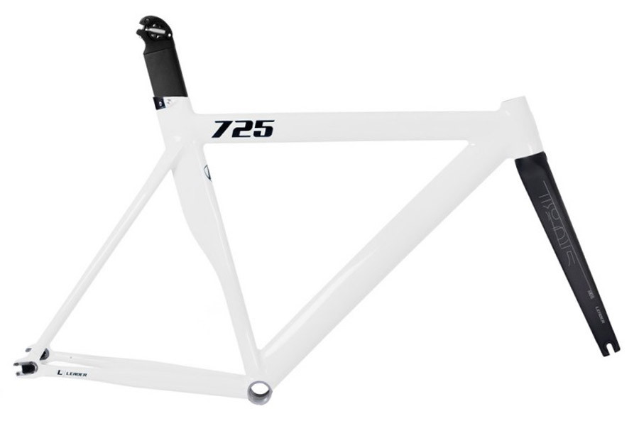 Santa Fixie. Leader 725 frame White Gloss and I806 carbon fork for fixie